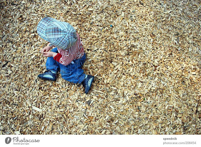Fleischlose Hackschnitzel an Miniförster Mensch Kind Einsamkeit gelb Spielen oben Junge Holz klein Kindheit braun Freizeit & Hobby sitzen maskulin Bekleidung niedlich