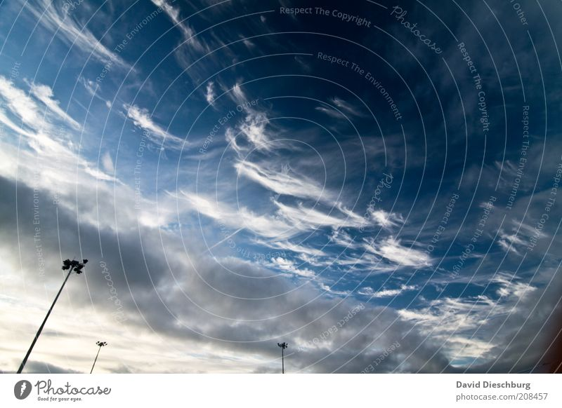 Der Himmel wölbt sich übers Land Wolken Sonnenlicht Klimawandel blau weiß Wind Wolkenband Wolkenfetzen Wolkenbild Lampe Laterne Laternenpfahl Straßenbeleuchtung