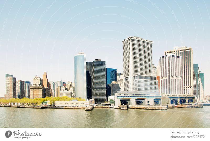 summer in the city Wasser Wolkenloser Himmel Sonnenlicht Sommer Schönes Wetter New York City Manhattan Amerika USA Skyline überbevölkert Hochhaus Bankgebäude