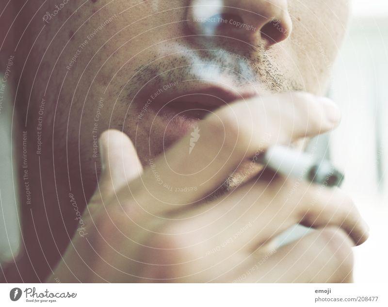 lazy Mund Lippen Hand Finger 1 Mensch Coolness Nahaufnahme Zigarette Zigarettenrauch Rauchen Lifestyle Bart Bartstoppel Barthaare Laster Farbfoto Außenaufnahme