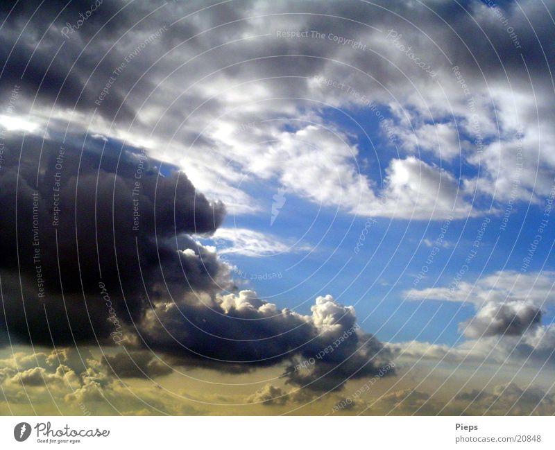 Gute Wolken - Schlechte Wolken Farbfoto Außenaufnahme Kontrast Himmel Gewitterwolken Sommer Wetter bedrohlich Neugier Sorge gefährlich clouds sky Tag