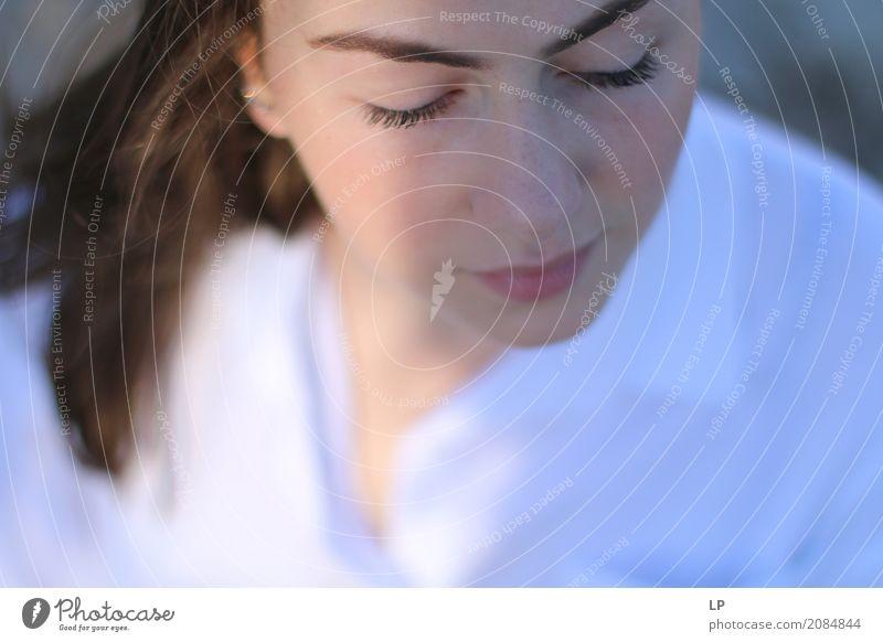 Portrait eines Mädchens mit geschlossenen Augen Lifestyle schön Gesundheit Wellness Leben harmonisch Wohlgefühl Zufriedenheit Sinnesorgane Erholung ruhig