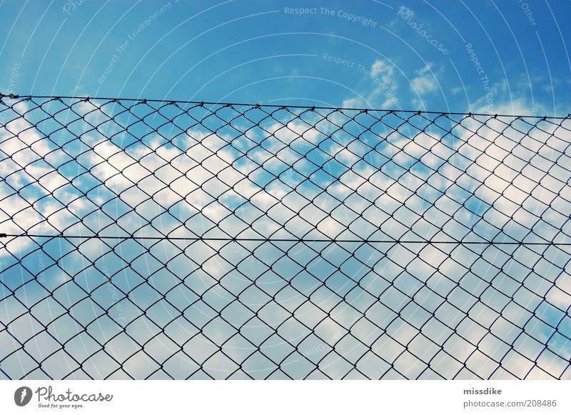 hinter gittern Luft Himmel Wolken Schönes Wetter Menschenleer Zaun blau schwarz weiß Fernweh Verzweiflung Frustration ästhetisch Einsamkeit Misserfolg