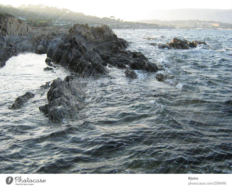 Die Brandung Natur Landschaft Wasser Sonnenlicht Sommer Schönes Wetter Felsen Wellen Küste Bucht Meer nass blau braun grau schwarz Zufriedenheit Farbfoto