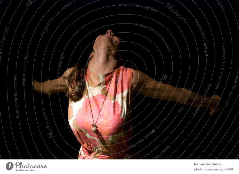 Mensch Jugendliche Freude Erwachsene feminin Leben Gefühle Freiheit Glück Junge Frau Feste & Feiern Kraft rosa wild natürlich 18-30 Jahre