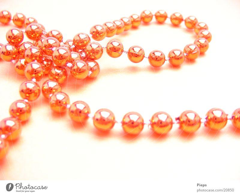 Schleife (1) Farbfoto Innenaufnahme Nahaufnahme Textfreiraum unten Tag Dekoration & Verzierung Knoten glänzend rot Perlenkette Baumschmuck Feiertag Kette