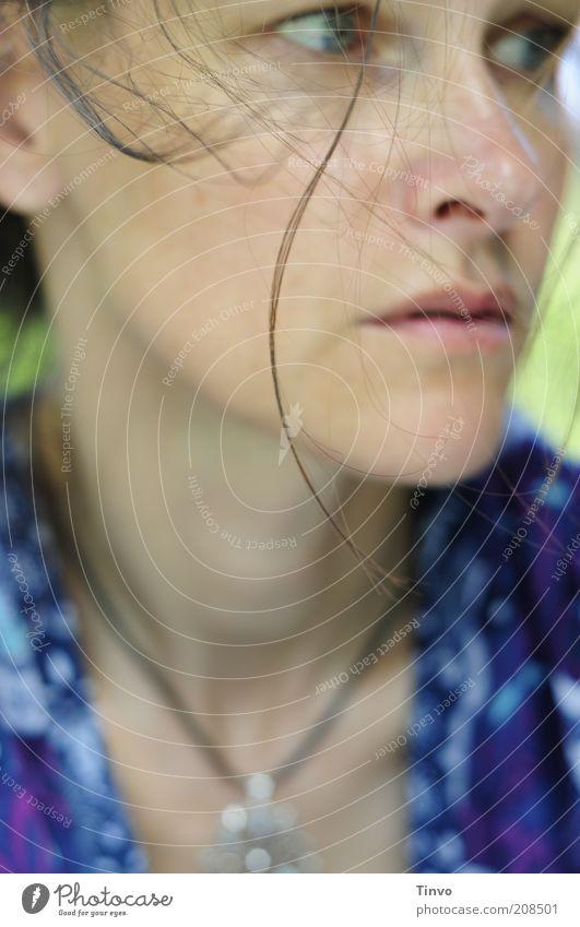 distraught Frau blau Gesicht Einsamkeit feminin Gefühle Haare & Frisuren Kopf Traurigkeit Erwachsene Krankheit beobachten einzigartig entdecken Müdigkeit Stress
