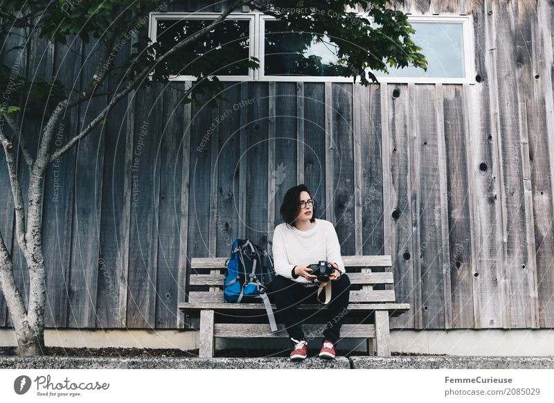 Roadtrip West Coast USA (34) feminin Junge Frau Jugendliche Erwachsene 1 Mensch 18-30 Jahre 30-45 Jahre Idylle Heimat Ausflug Holzhütte Baum Bank Fotograf