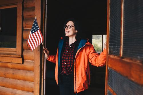 Roadtrip West Coast USA (43) feminin Junge Frau Jugendliche Erwachsene 1 Mensch 18-30 Jahre 30-45 Jahre Abenteuer Holzhütte Camping Ausflug Fahne Westküste
