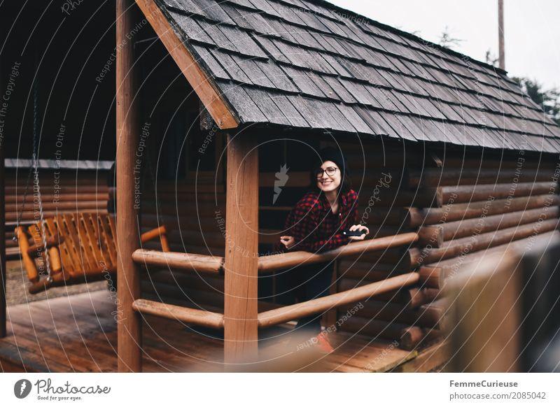 Roadtrip West Coast USA (56) feminin Junge Frau Jugendliche Erwachsene 1 Mensch 18-30 Jahre 30-45 Jahre Abenteuer Holzhütte Karobluse kariert Bluse Mütze Brille
