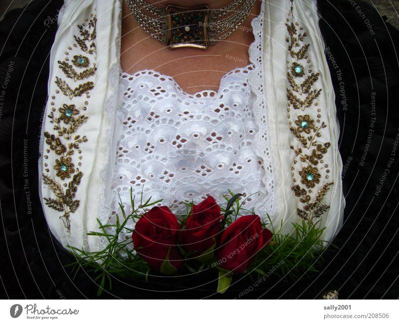 trachtig-bayerisch elegant Stil Glück ausgehen feminin Frau Erwachsene Brust Dekolleté Kultur Rose Bekleidung Kleid Trachtenkleid Schmuck