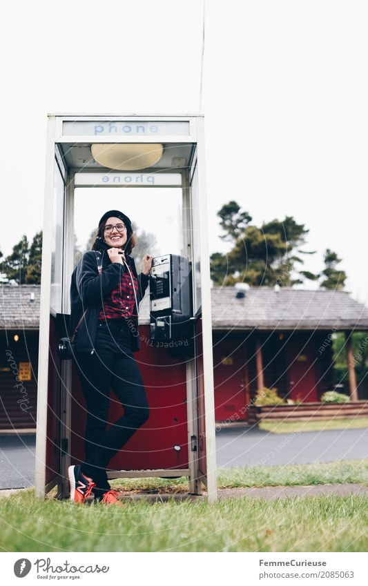 Roadtrip West Coast USA (75) feminin Junge Frau Jugendliche Erwachsene 1 Mensch 18-30 Jahre 30-45 Jahre Kommunizieren heimwärts Telefon Telefongespräch