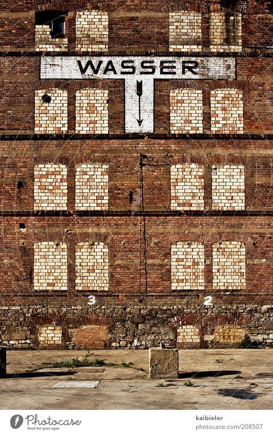 Fata Morgana alt rot Haus gelb Wand Fenster Mauer braun Schilder & Markierungen Fassade Fabrik Schriftzeichen Vergänglichkeit Pfeil Zeichen Verfall