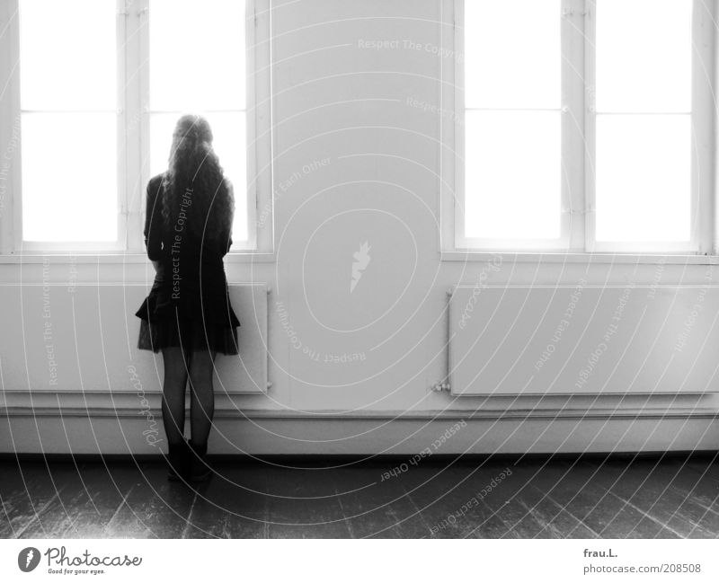 Zeitfenster Mensch Junge Frau Jugendliche 1 Fenster Rock Stiefel langhaarig beobachten Blick stehen warten Erwartung Schwarzweißfoto Innenaufnahme Gegenlicht