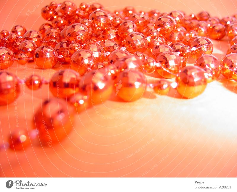 Weihnachtliches Glitzern rot Feste & Feiern glänzend Wohnung Dekoration & Verzierung Kitsch Kugel Feiertag Halskette Weihnachtsdekoration Krimskrams Perlenkette