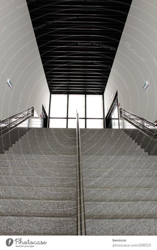diagonale Architektur modern schwarz weiß Gebäude Innenaufnahme Haus Treppe Treppenhaus Beleuchtung aufgehen Geländer Treppengeländer trist Hochhaus