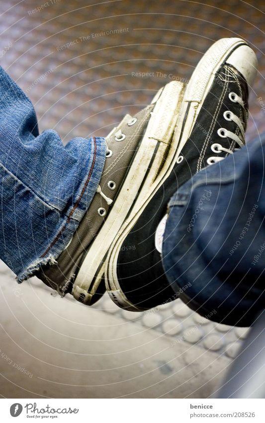 Chuckvergleich Frau Mann schwarz klein Beine Mode Fuß braun Schuhe groß Jeanshose stark Turnschuh Jeansstoff trendy Chucks