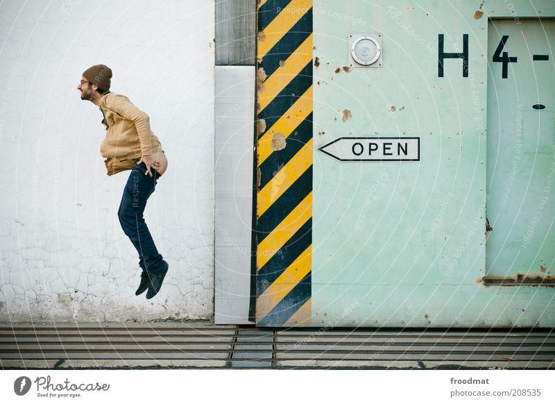 open air Mensch Mann Jugendliche Freude Wand springen Erwachsene lustig Fassade Schilder & Markierungen maskulin offen Schriftzeichen Coolness Gesäß