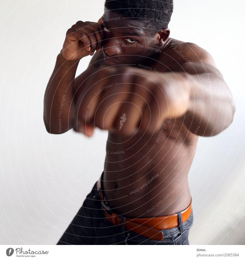 Kekeli Kampfsport Boxsport Fitness maskulin Frau Erwachsene 1 Mensch Hose schwarzhaarig kurzhaarig beobachten festhalten Blick Sport dunkel frisch muskulös