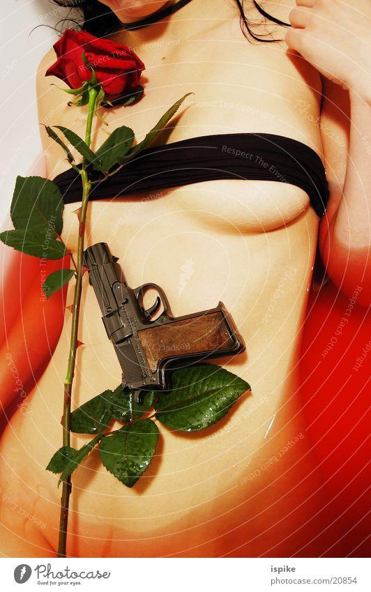 Rote Rosen rot Rose Bad Pistole Blume Torso Waffe Schußwaffen