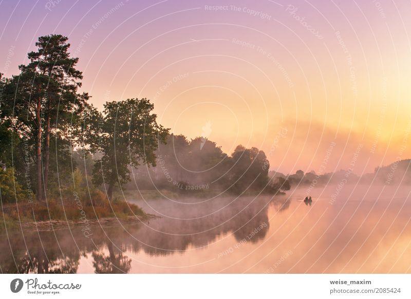 Nebelhafter Morgen auf dem See. Fischerboot an einem nebeligen Fluss Sommer Natur Landschaft Himmel Horizont Baum Sträucher Seeufer Flussufer Teich