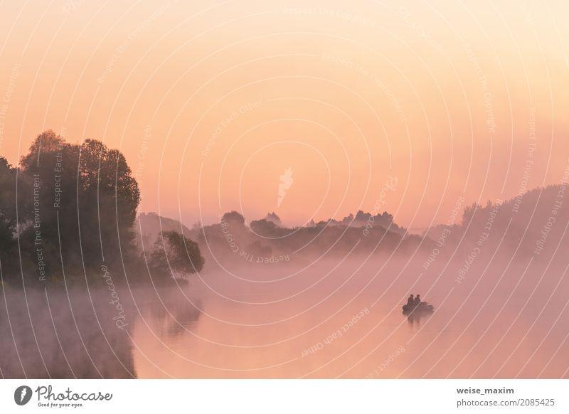 Zwei Angler auf einem Boot genießen, an einem schönen Morgen zu fischen Sommer Natur Landschaft Himmel Sonnenaufgang Sonnenuntergang Nebel Baum Sträucher