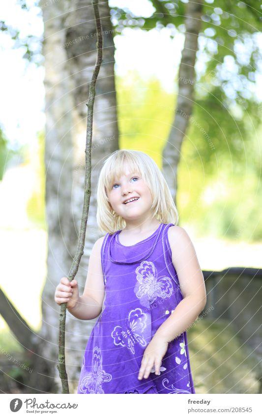 Krieger des Lichts Freude schön Zufriedenheit ruhig Spielen Kind Mädchen Kindheit Hand 1 Mensch 3-8 Jahre Natur Schönes Wetter Baum Mode Bekleidung Kleid