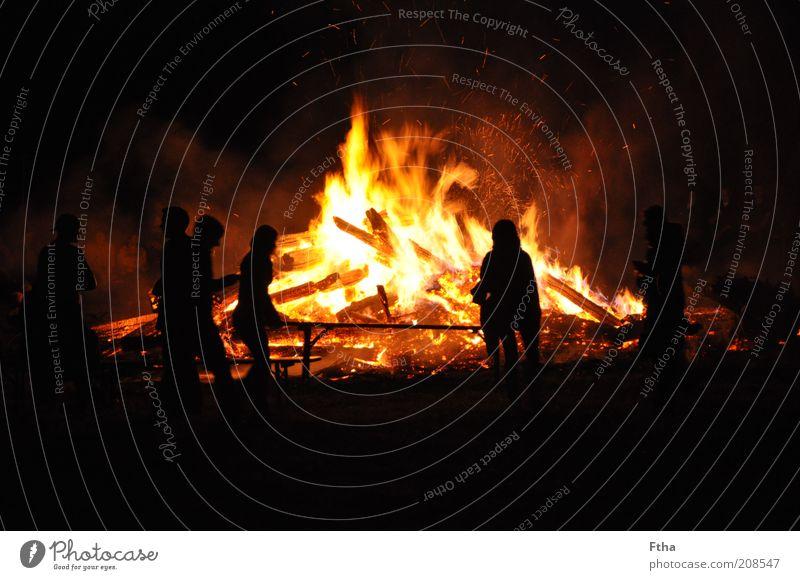 Johannisfeuer rot Sommer schwarz gelb Holz Feuer heiß Mond Feuerstelle Glut Nacht Sommersonnenwende Scheiterhaufen