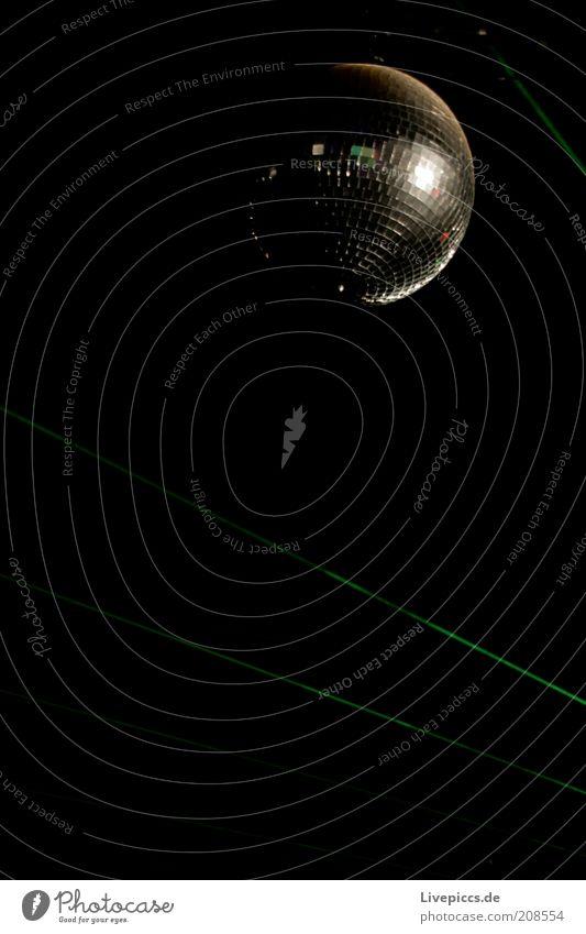 Fusionball Tanzveranstaltung Open Air Discokugel Coolness glänzend Farbfoto Außenaufnahme Nacht Reflexion & Spiegelung Textfreiraum unten Textfreiraum Mitte