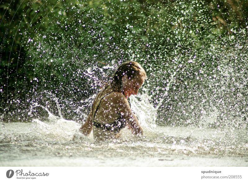 Regen machen II Schwimmen & Baden Sommer Mensch feminin Junge Frau Jugendliche 1 18-30 Jahre Erwachsene Wasser Schönes Wetter Fluss glänzend lachen