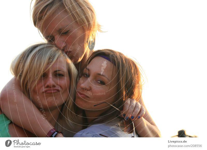 CoS Stil Freude Lächeln toben Fröhlichkeit Zusammensein Glück verrückt feminin Farbfoto Außenaufnahme Dämmerung Licht Blick nach vorn Gesichtsausdruck lustig