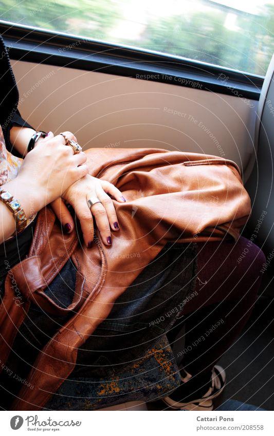 reisen Mensch Ferien & Urlaub & Reisen ruhig feminin Fenster Bewegung sitzen fahren Rock Schmuck Ring Leder Accessoire Armband Bahnfahren Busfahren