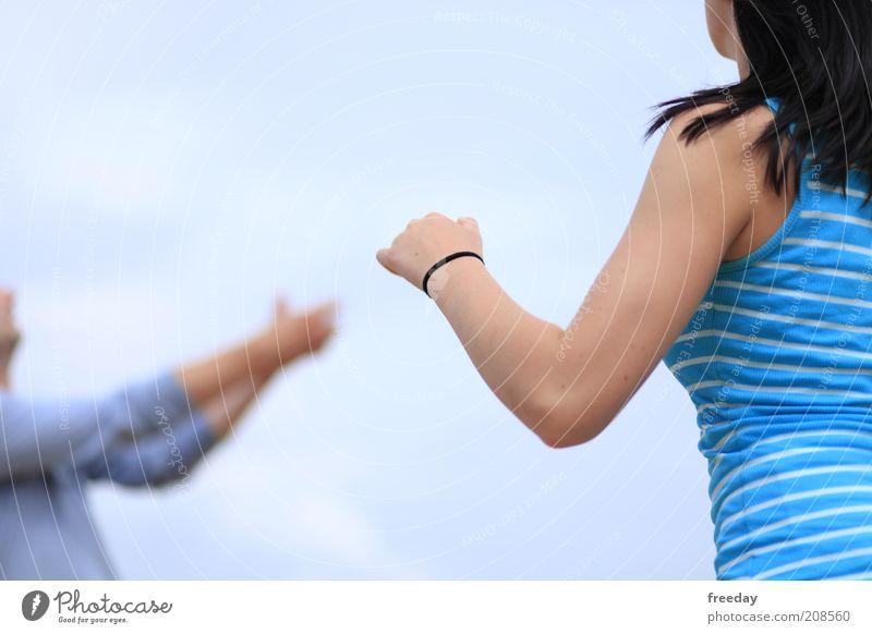 Halt! Stehen bleiben! Mensch Jugendliche Hand Sommer Leben feminin Tanzen Rücken Arme laufen maskulin Bekleidung Junge Frau T-Shirt Stoff Schmuck