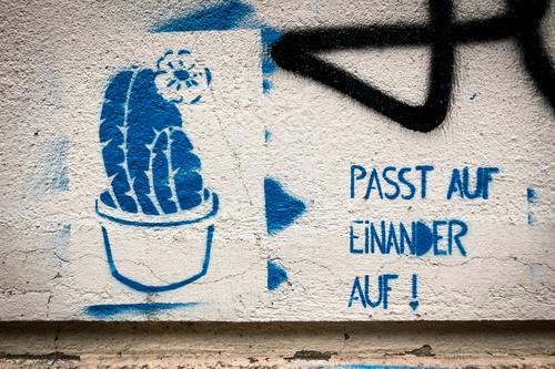 Aufpassen! Mensch Erwachsene Lifestyle Graffiti Familie & Verwandtschaft Kunst Menschengruppe Zusammensein Kindheit Jugendkultur Zeichen Mutter Team Eltern