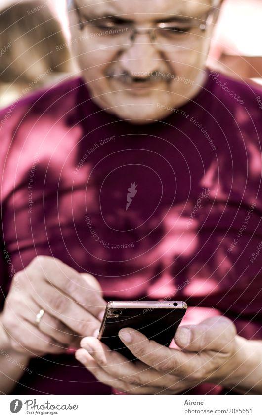 kurz checken Handy PDA Unterhaltungselektronik Fortschritt Zukunft Informationstechnologie Internet Mensch maskulin Mann Erwachsene 1 45-60 Jahre