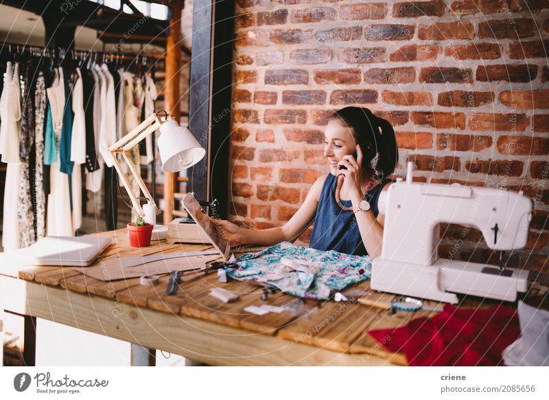 Junge Geschäftsfrau, die mit Kunden am Telefon spricht Lifestyle Freude Schreibtisch Arbeit & Erwerbstätigkeit Beruf Büro Telekommunikation Business Mittelstand