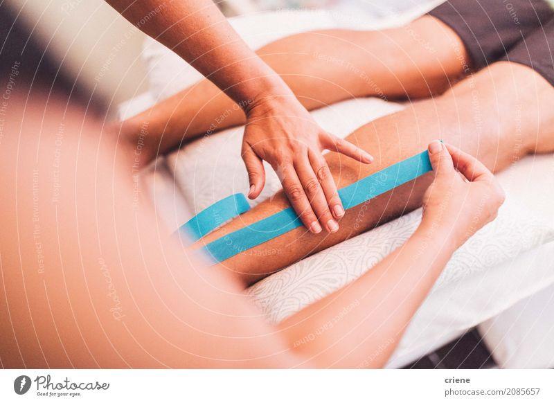 Doktor, der Band auf Bein des Patienten verwendet Körperpflege Gesundheit Gesundheitswesen Behandlung Leben Wohlgefühl Erholung Arzt Hand Beine liegen Schmerz