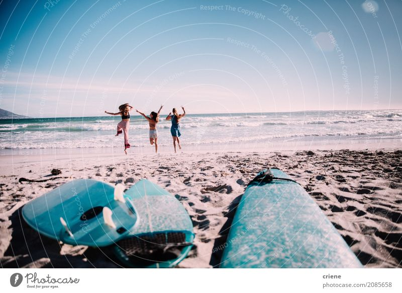 Glückliche Gruppe Freunde nett am Strand Lifestyle Freude Ferien & Urlaub & Reisen Ausflug Abenteuer Freiheit Sommer Sommerurlaub Sonne Meer Sport Mensch