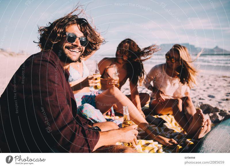 Gruppe junge erwachsene Freunde, die Bier am Strand trinken Getränk Alkohol Flasche Lifestyle Freude Glück Freizeit & Hobby Ferien & Urlaub & Reisen Freiheit