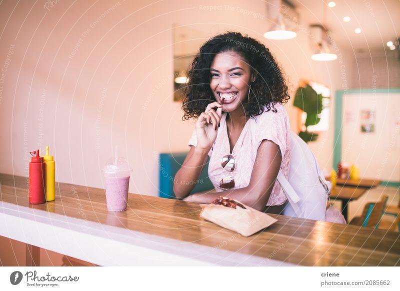 Junge afrikanische Frau, die Kartoffelfischrogen im Restaurant isst Lebensmittel Essen Mittagessen Abendessen Fastfood Lifestyle Freude Freizeit & Hobby Mensch