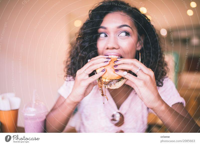 Frau, die Biss des Hamburgers in der Gaststätte nimmt Lebensmittel Essen Diät Fastfood Lifestyle Restaurant Mensch feminin Junge Frau Jugendliche Erwachsene 1