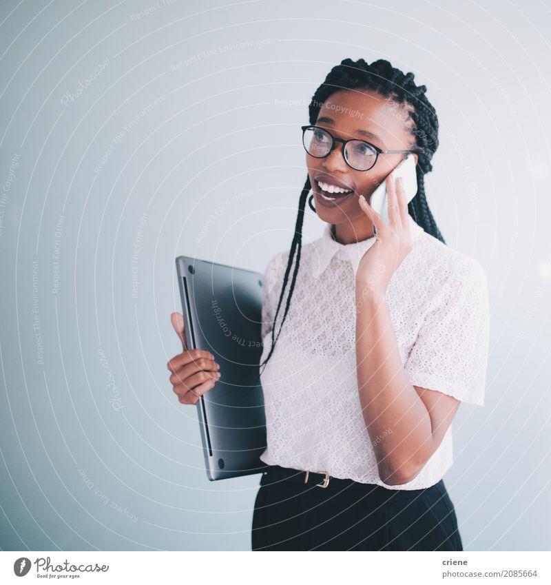 Afrikanische Geschäftsfrau in einem Gespräch am Telefon Lifestyle Erfolg Arbeit & Erwerbstätigkeit Büro Business sprechen PDA Technik & Technologie Mensch