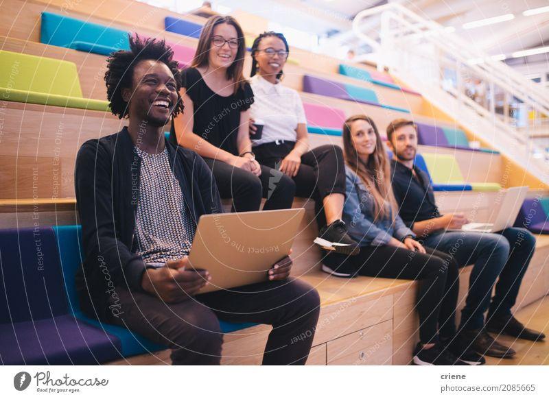 Mensch Jugendliche Junge Frau Junger Mann Lifestyle Glück Menschengruppe Arbeit & Erwerbstätigkeit Büro modern Kreativität Lächeln Studium Team fahren Beruf