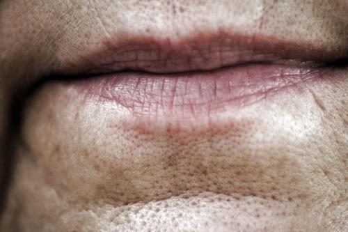 Lippenbekenntnis Frau Erwachsene 1 Mensch 45-60 Jahre alt natürlich Senior Farbfoto Nahaufnahme Detailaufnahme Tag Hautfalten Pore Gesichtsausschnitt Frauenmund