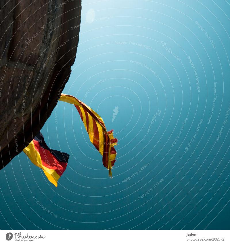 gegen wen spielen wir heute? Himmel Wolkenloser Himmel Ruine fliegen gelb gold rot schwarz Optimismus Kraft Stolz Deutsche Flagge Fahne Spanien wehen flattern