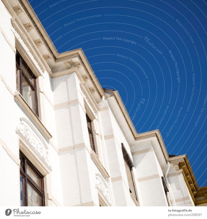 Wohnraum, aber zackig! blau weiß Haus Fenster Wand Architektur Stein Gebäude Mauer Linie Fassade Häusliches Leben Bauwerk Schönes Wetter Bremen Wohnhaus