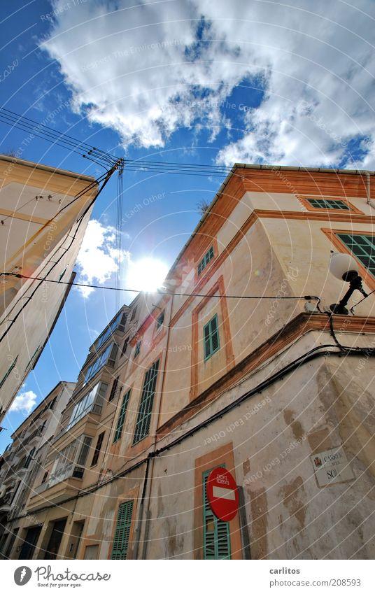 the sun always shines on pc Himmel Wolken Sonne Sommer Schönes Wetter Wärme Kleinstadt Altstadt Haus Bauwerk Mauer Wand Fassade Fenster Fensterladen alt