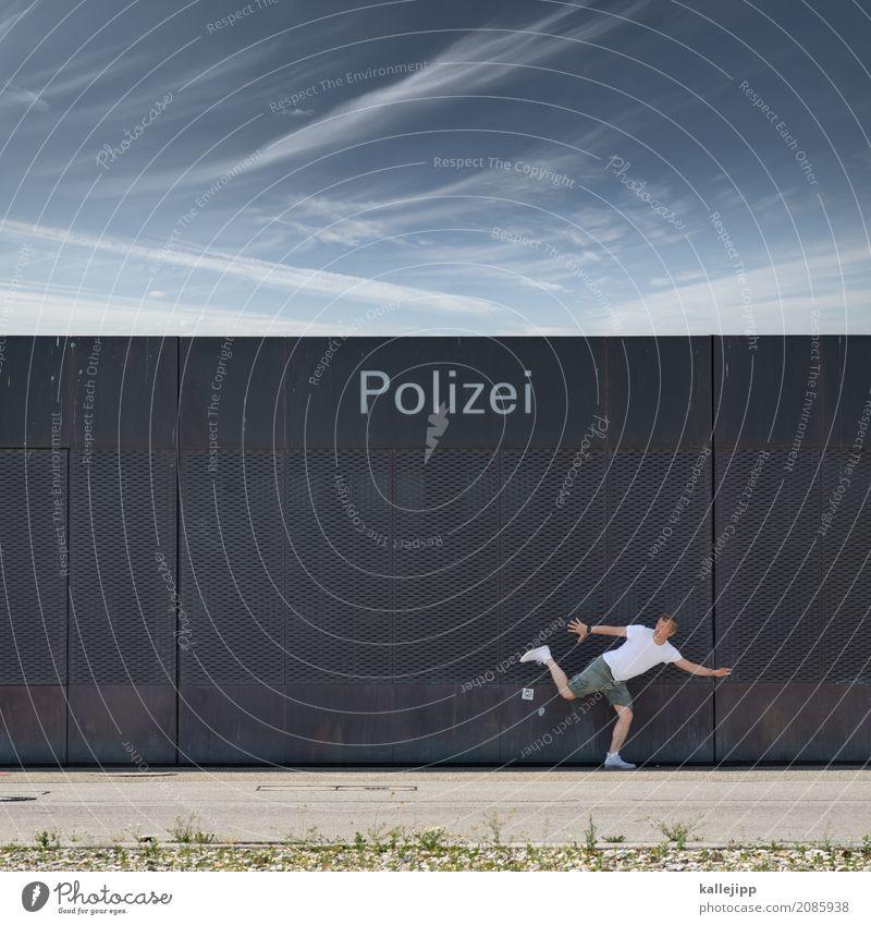 catch me if you can Mensch Mann Stadt Erwachsene Bewegung maskulin Angst Körper bedrohlich Hilfsbereitschaft Schutz entdecken rennen verstecken Tor Jagd