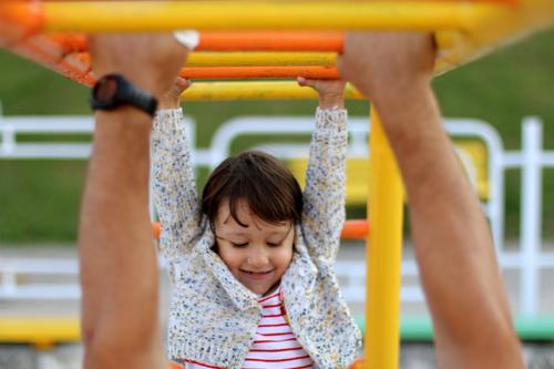 Kleines glückliches Mädchen auf dem Spielplatz Spielen Kinderspiel Kindererziehung Bildung Kindergarten Schulhof Klassenraum Mensch Baby Eltern Erwachsene