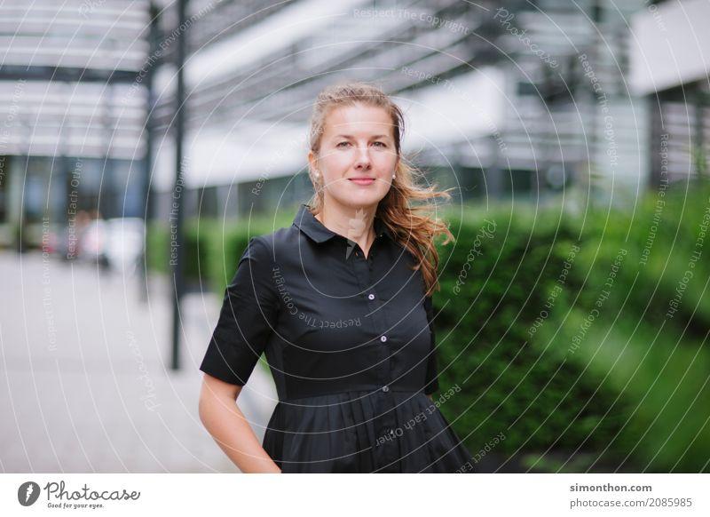 Portrait Lifestyle Reichtum elegant Stil Freude Glück Berufsausbildung Azubi Praktikum Studium lernen Student Business Unternehmen Karriere Erfolg feminin 1